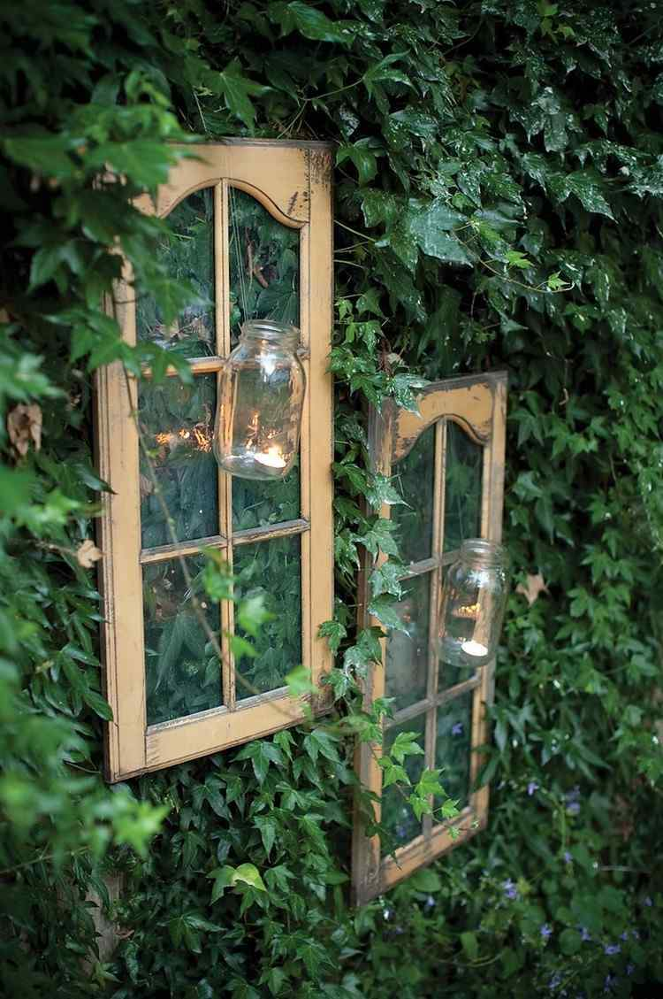 alte fenster deko garten efeu begruenter zaun fensterrahmen glaser teelichter