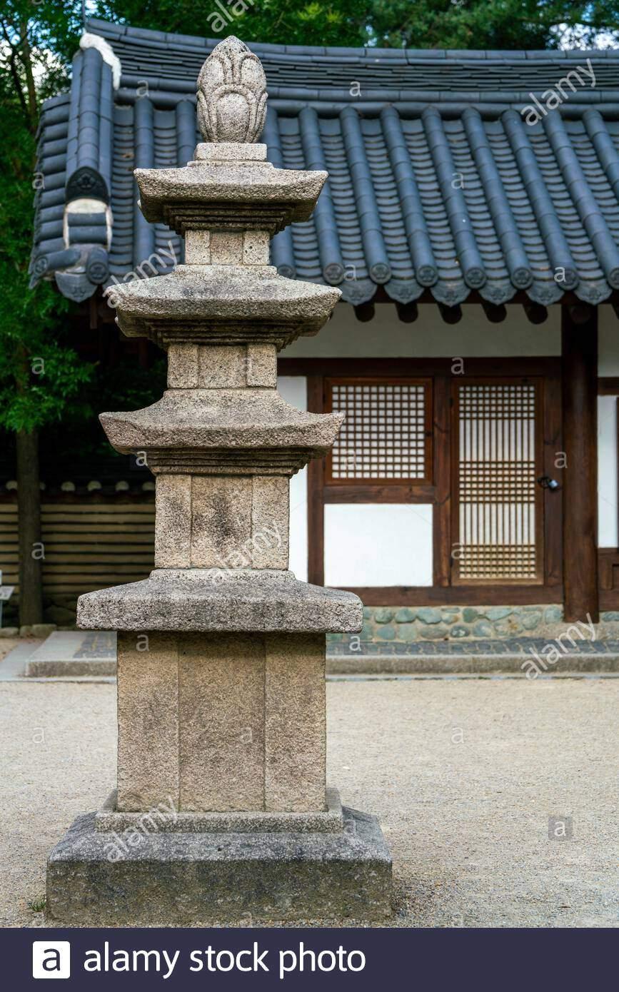 garten eines hauses mit einem asiatischen pagode statue im vordergrund im garten der welt berlin deutschland 2ahy4hb