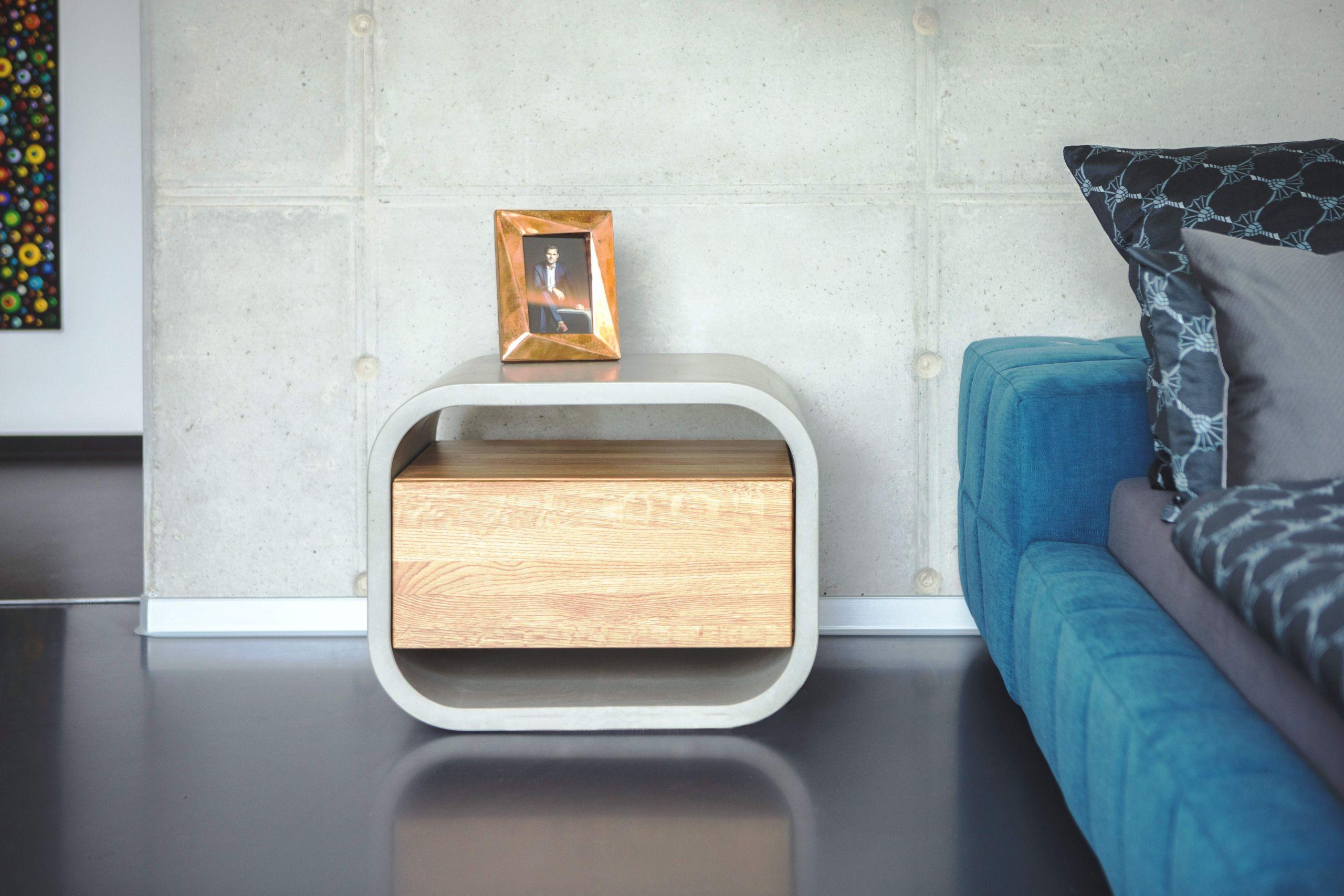 Frontansicht Beistellschrank aus Beton mit Schublade aus Holz