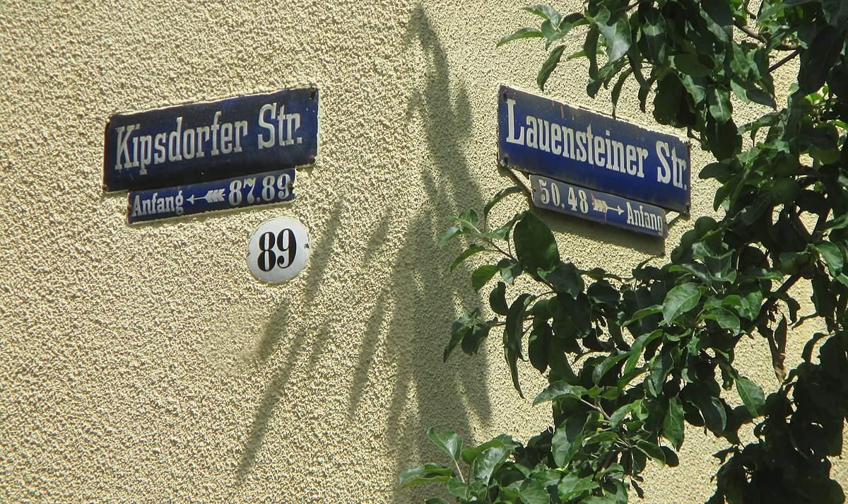1200px Haus und alte Straßenschilder mit Schattenspiel Kipsdorfer Str Lauensteiner Str Dresden Striesen Bild 001