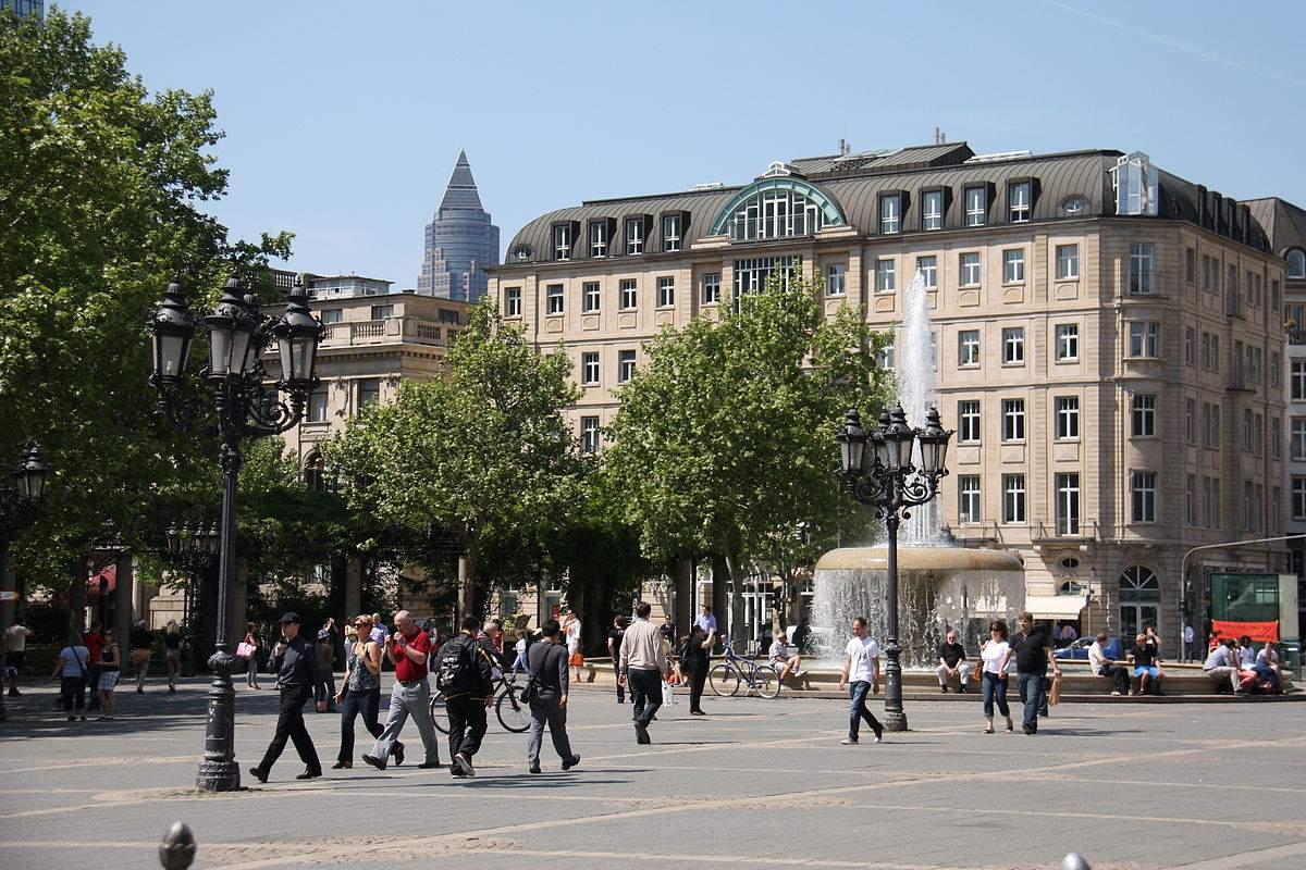 1200px Frankfurt Opernplatz mit Messeturm JPG