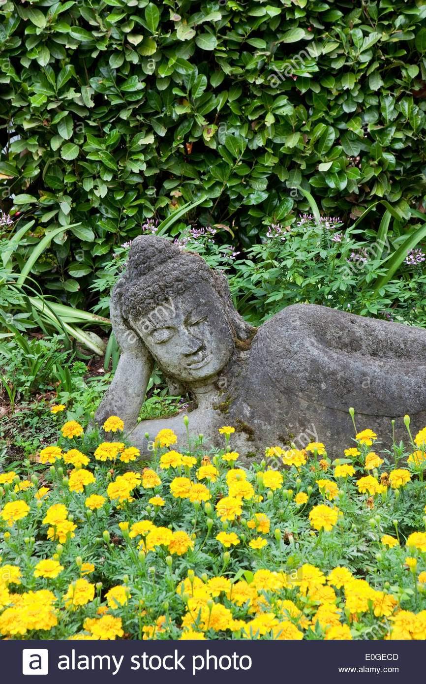liegende buddha statue bei andre heller garten giardino botanico gardone riviera gardasee lombardei italien europa e0gecd