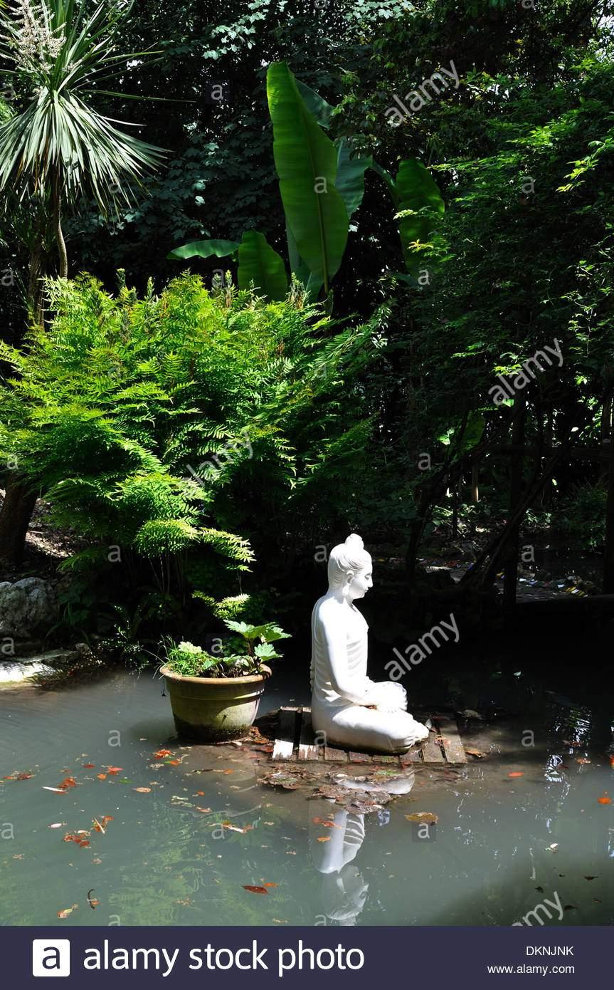 buddha statue in einem see am andre heller botanical gardens gardone riviera gardasee dknjnk