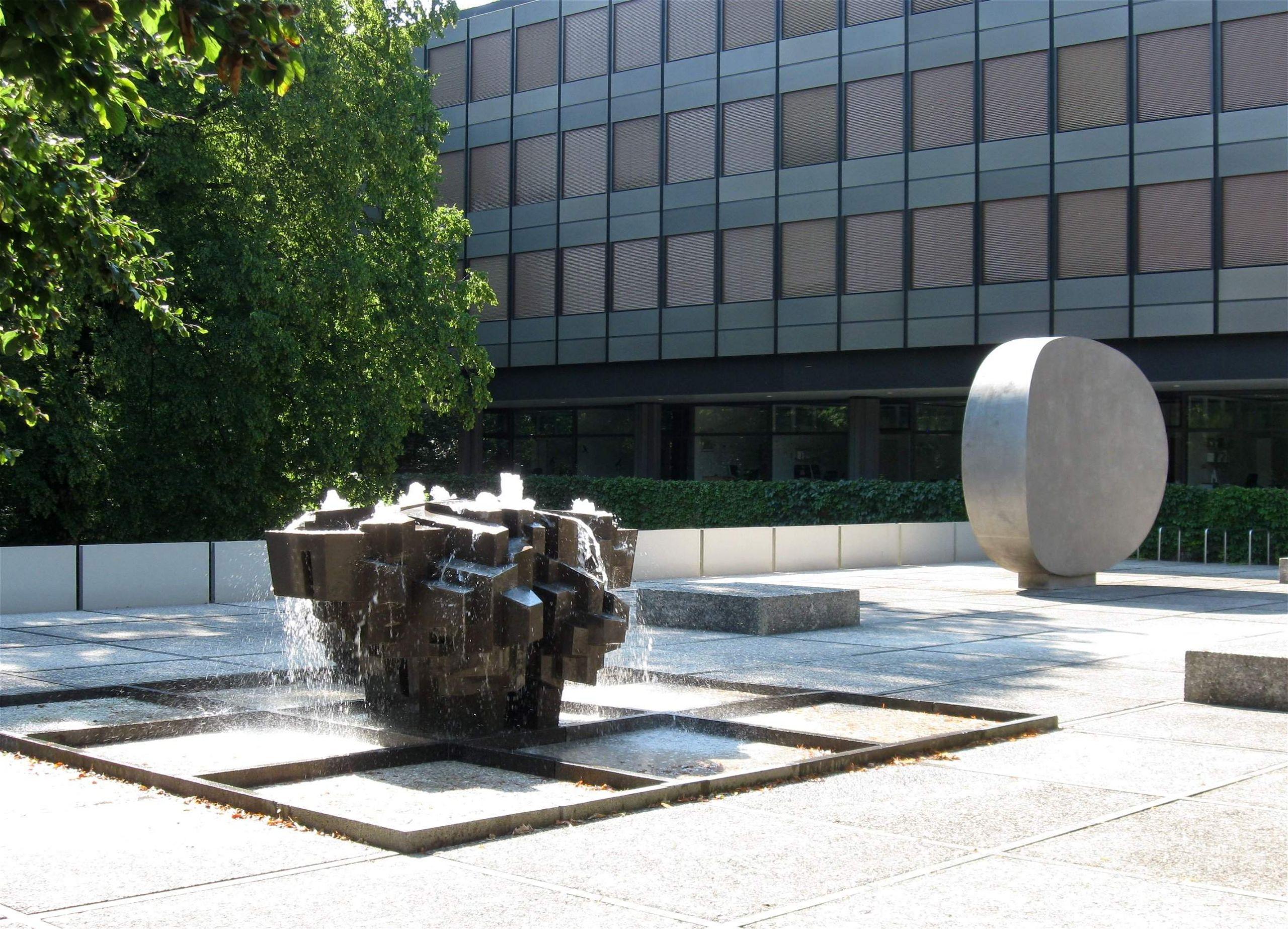 Georg Brenninger Kristallbrunnen 1965 Rupprecht Geiger Konkav gerundet 1973 Koeniginstr Muenchen 1