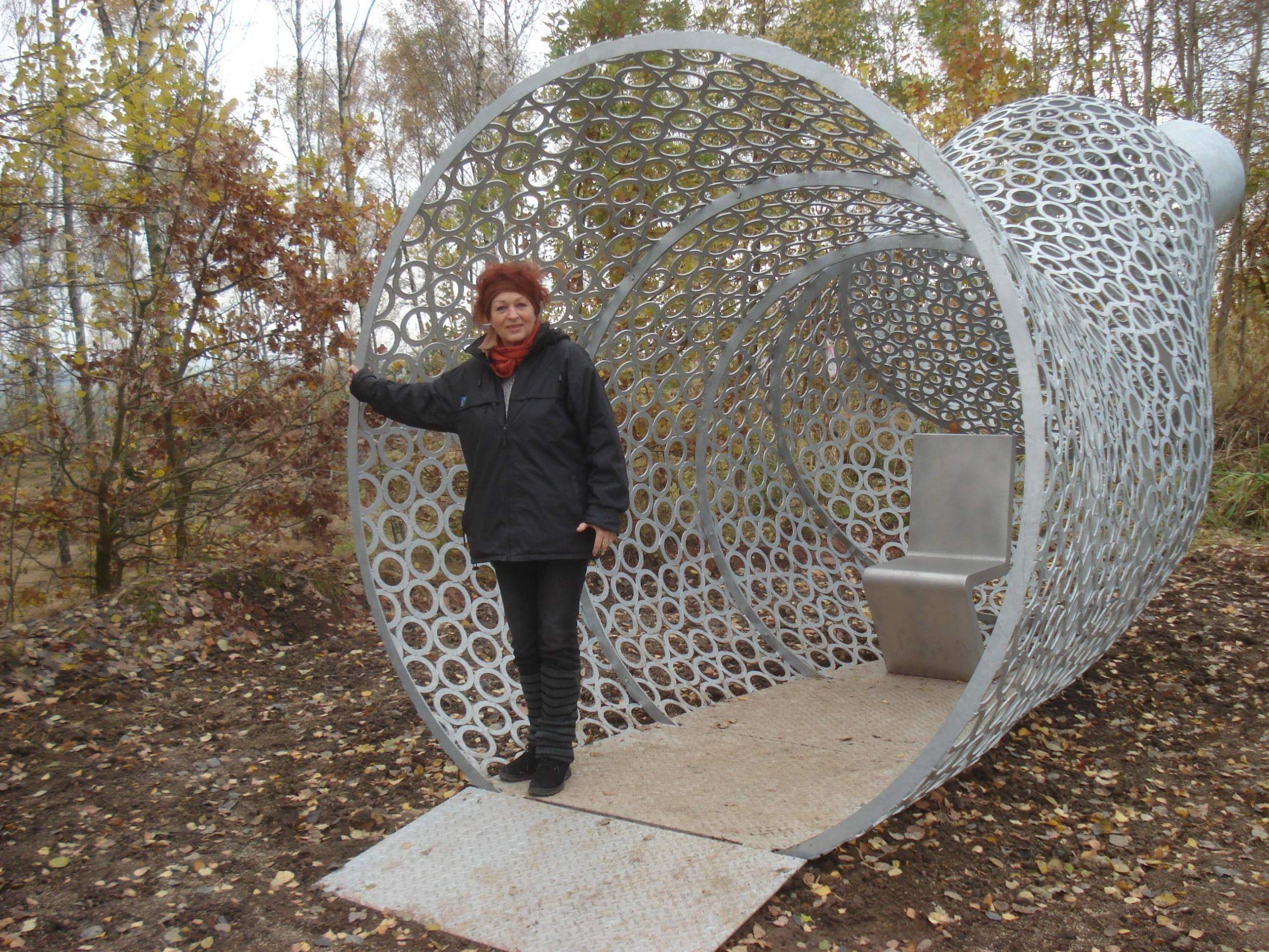 Erika Harbort vor ihrem Werk Wunderhorn