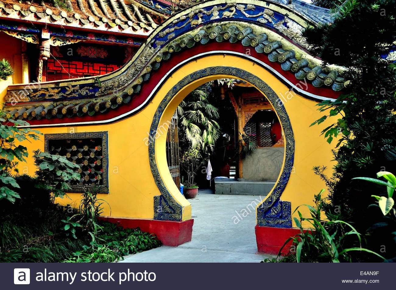 pengzhou china ein mond tor flankiert von garten fuhrt in einen innenhof im ci ji buddhistischen tempel e4an9f