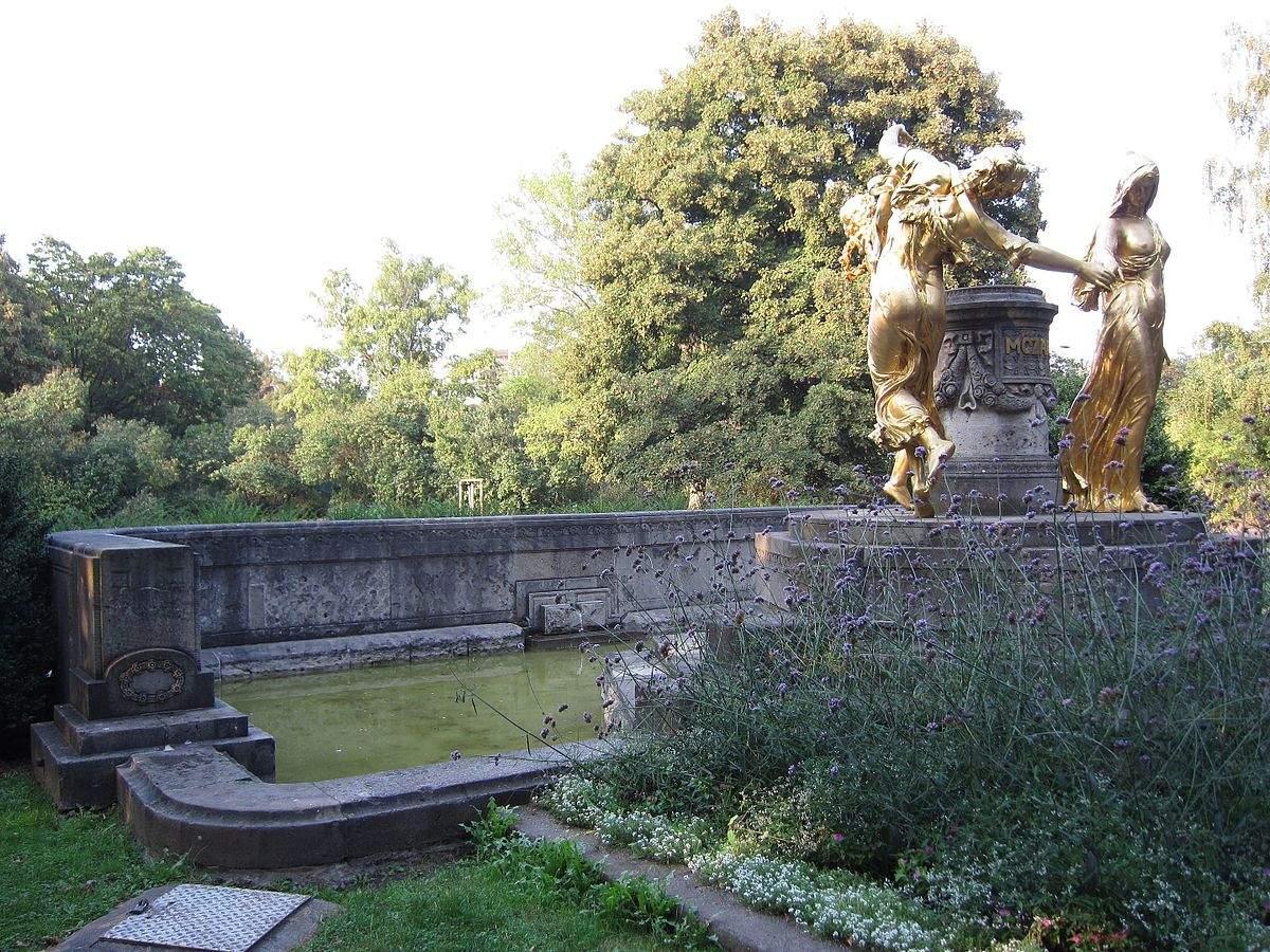 1200px Mozartbrunnen Dresden 26