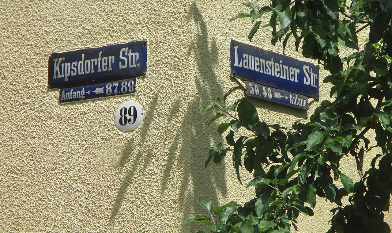 1280px Haus und alte Straßenschilder mit Schattenspiel Kipsdorfer Str Lauensteiner Str Dresden Striesen Bild 001