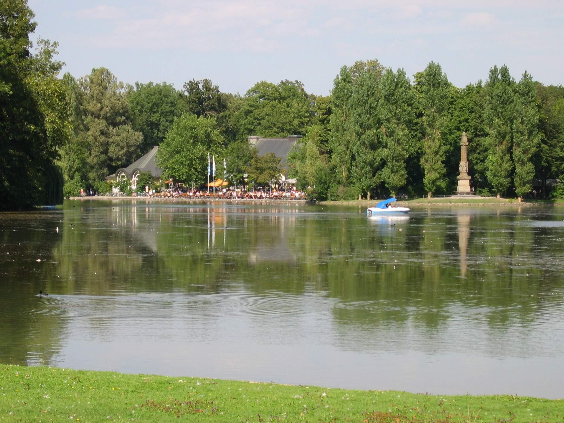 Kleinhesseloher See mit Denkmal und Biergarten