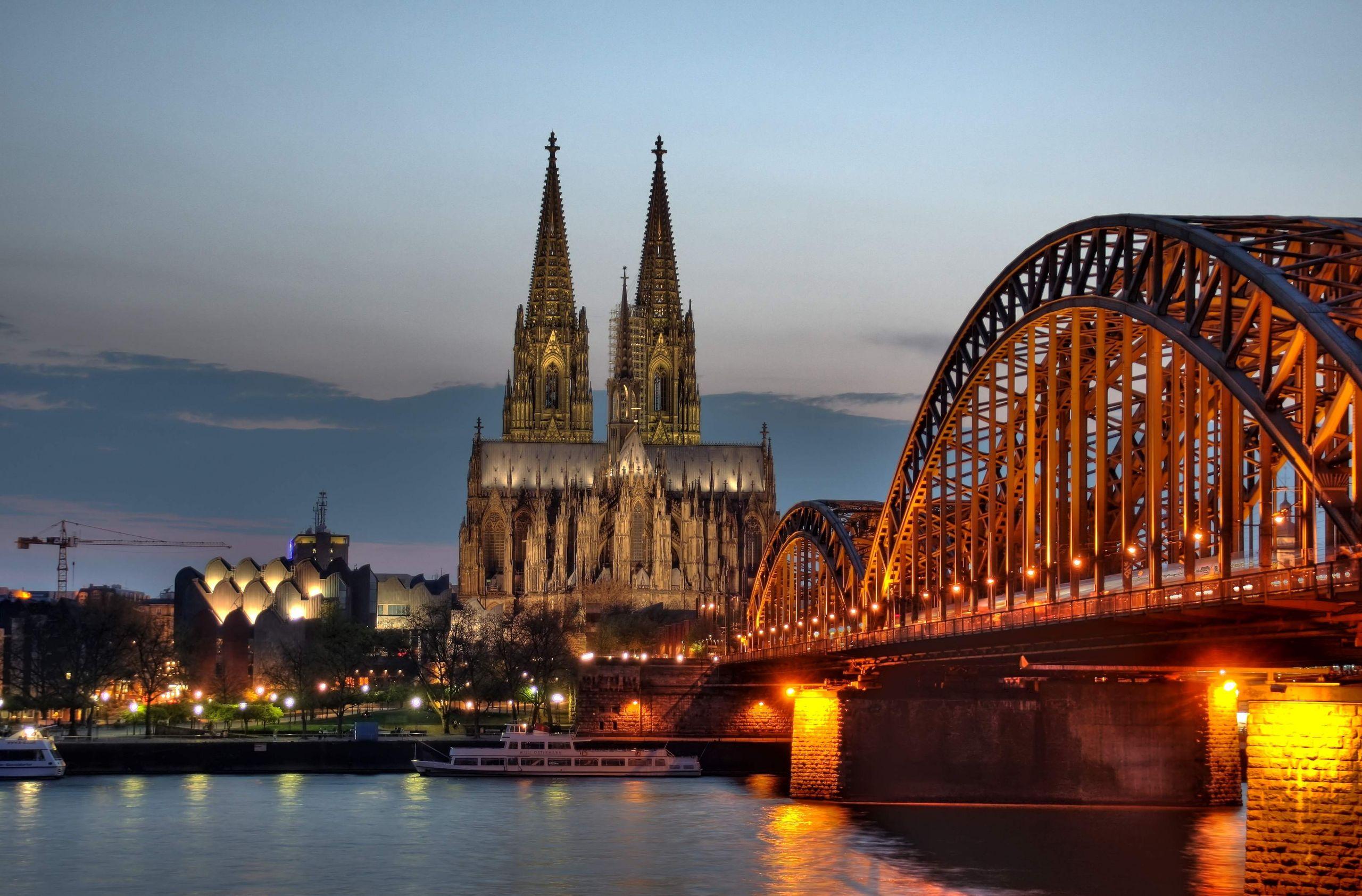 Kölner Dom und Hohenzollernbrücke Abenddämmerung % 7 8