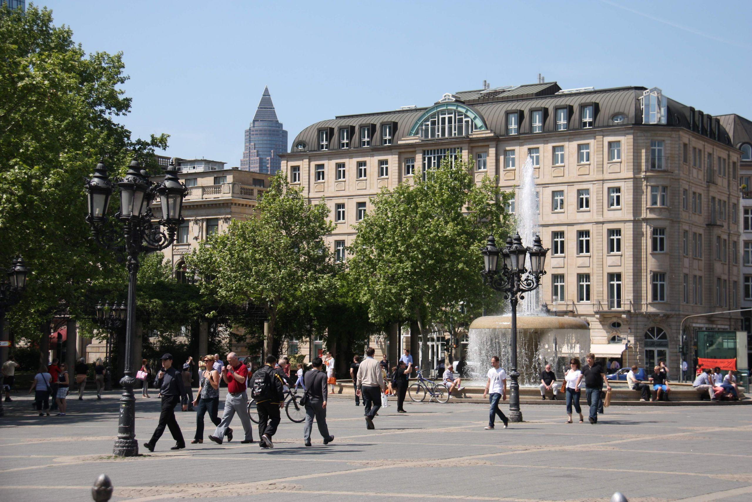Frankfurt Opernplatz mit Messeturm JPG
