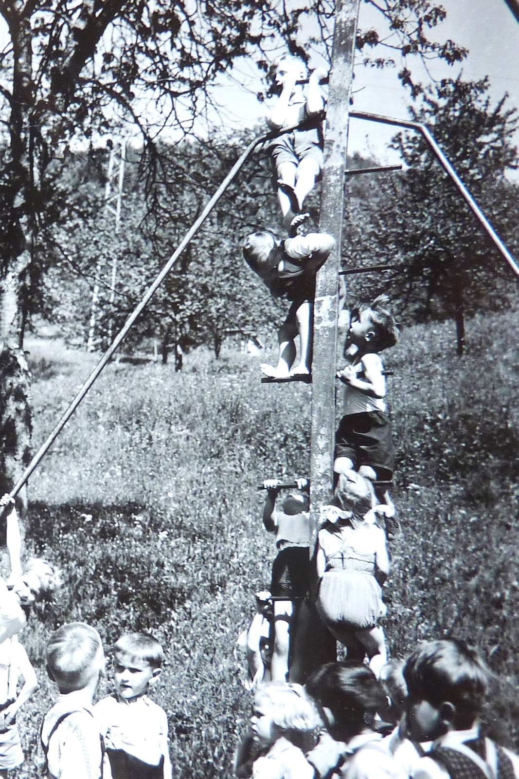 Unterhausen Kindergarten Klettermasten 1940 ca % JPG