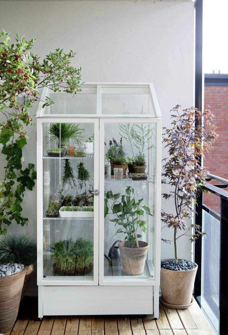 balkon bepflanzen weißer schrank
