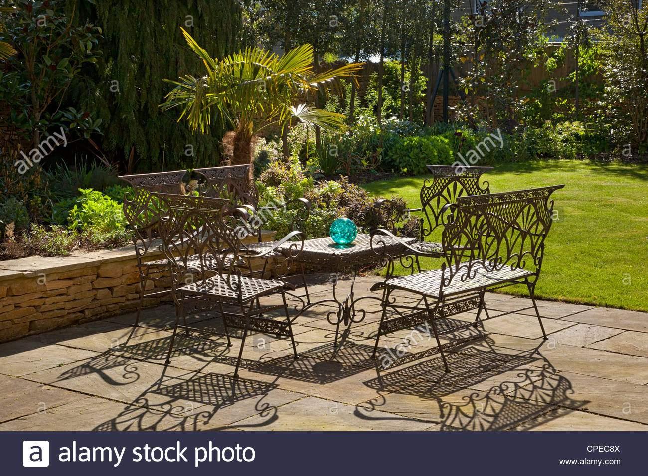 franzosische mobel aus metall tisch und stuhle auf steinernen terrasse im sommergarten cpec8x