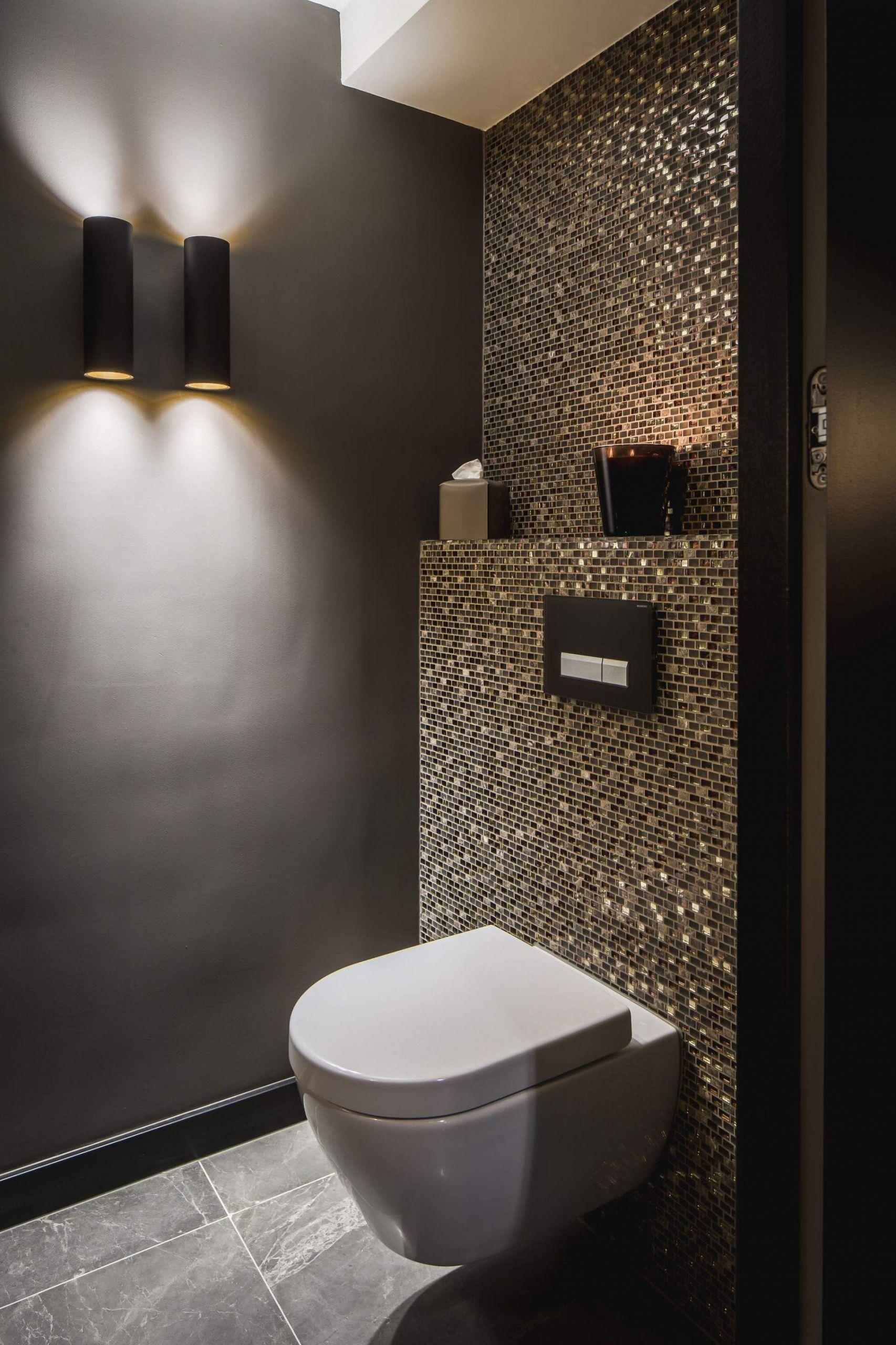 idee gaste wc mosaik glimmer dunkle wande schimmer glas gold toilette mit waschbecken toilette mit waschbecken