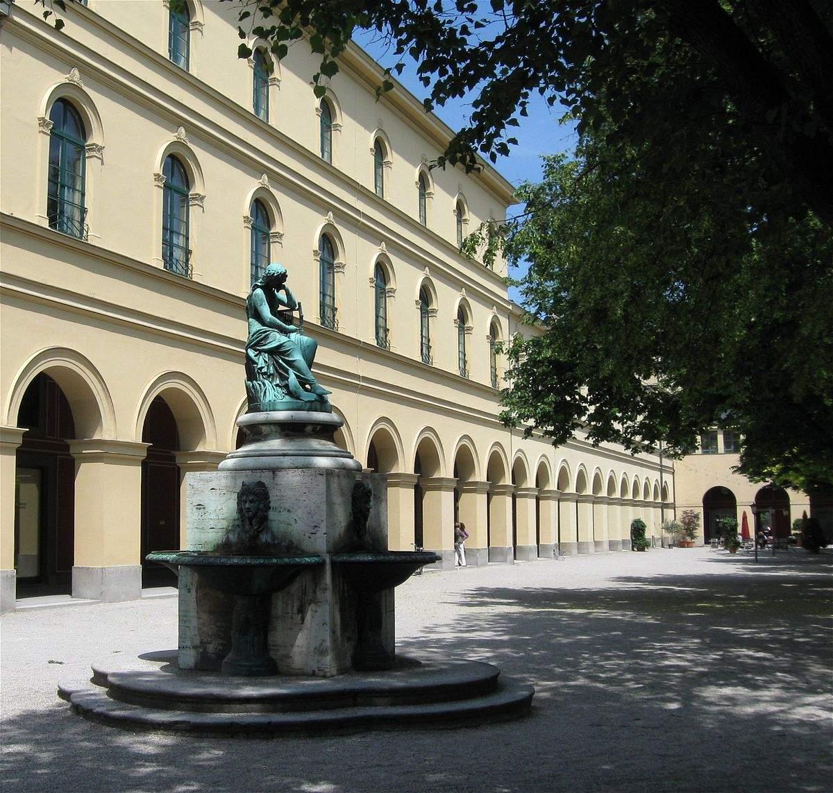 1200px Hofgarten Muenchen Nymphenbrunnen 1