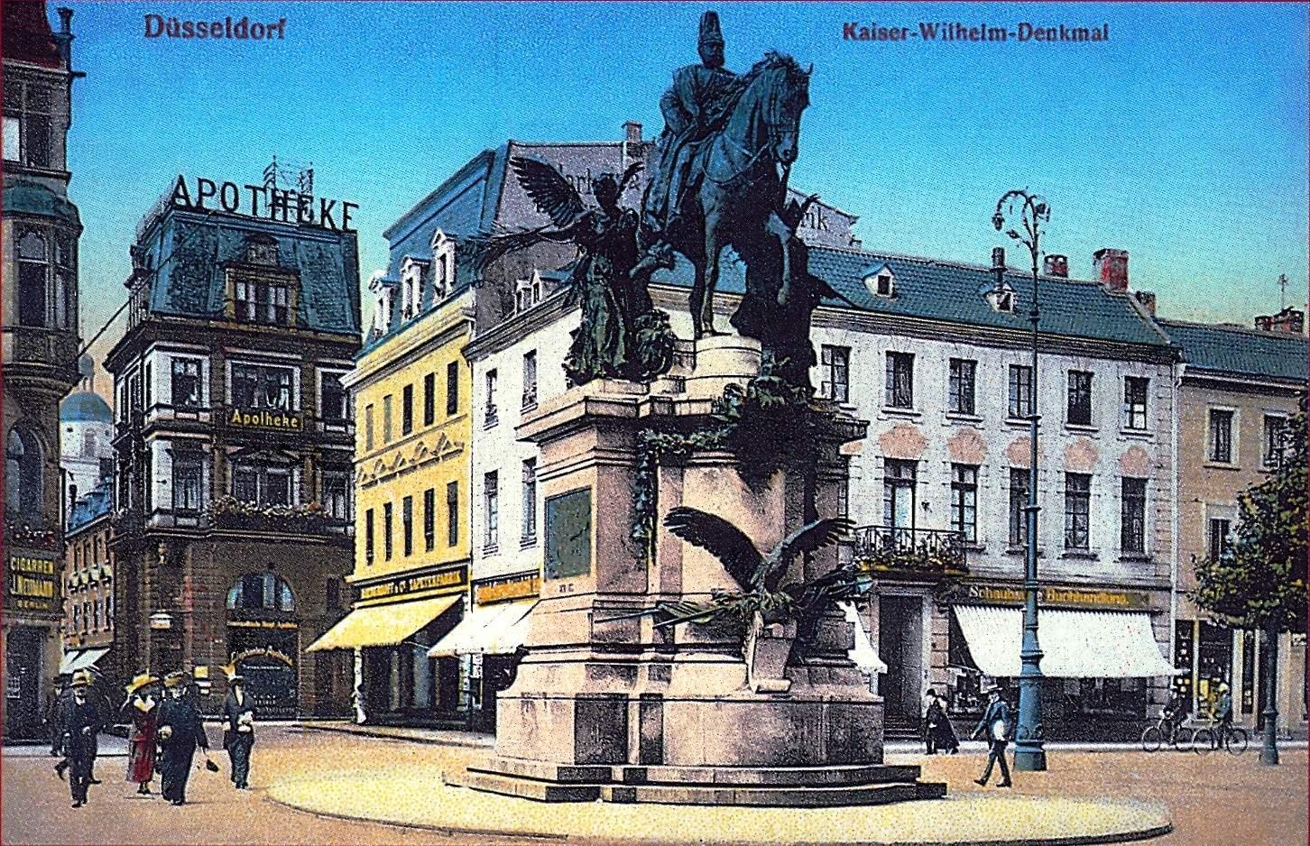 File Düsseldorf Heinrich Heine Allee um 1910 Zigarrengeschäft Neumann links und Elefantenapotheke Mitte Quelle Paul Wietzorek Das historische Düsseldorf Düsseldorf 2010