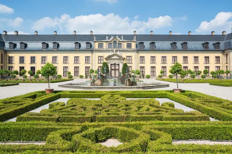 lizenzfreie stockbilder der alte palast von herrenhausen arbeitet hannover deutschland im garten image