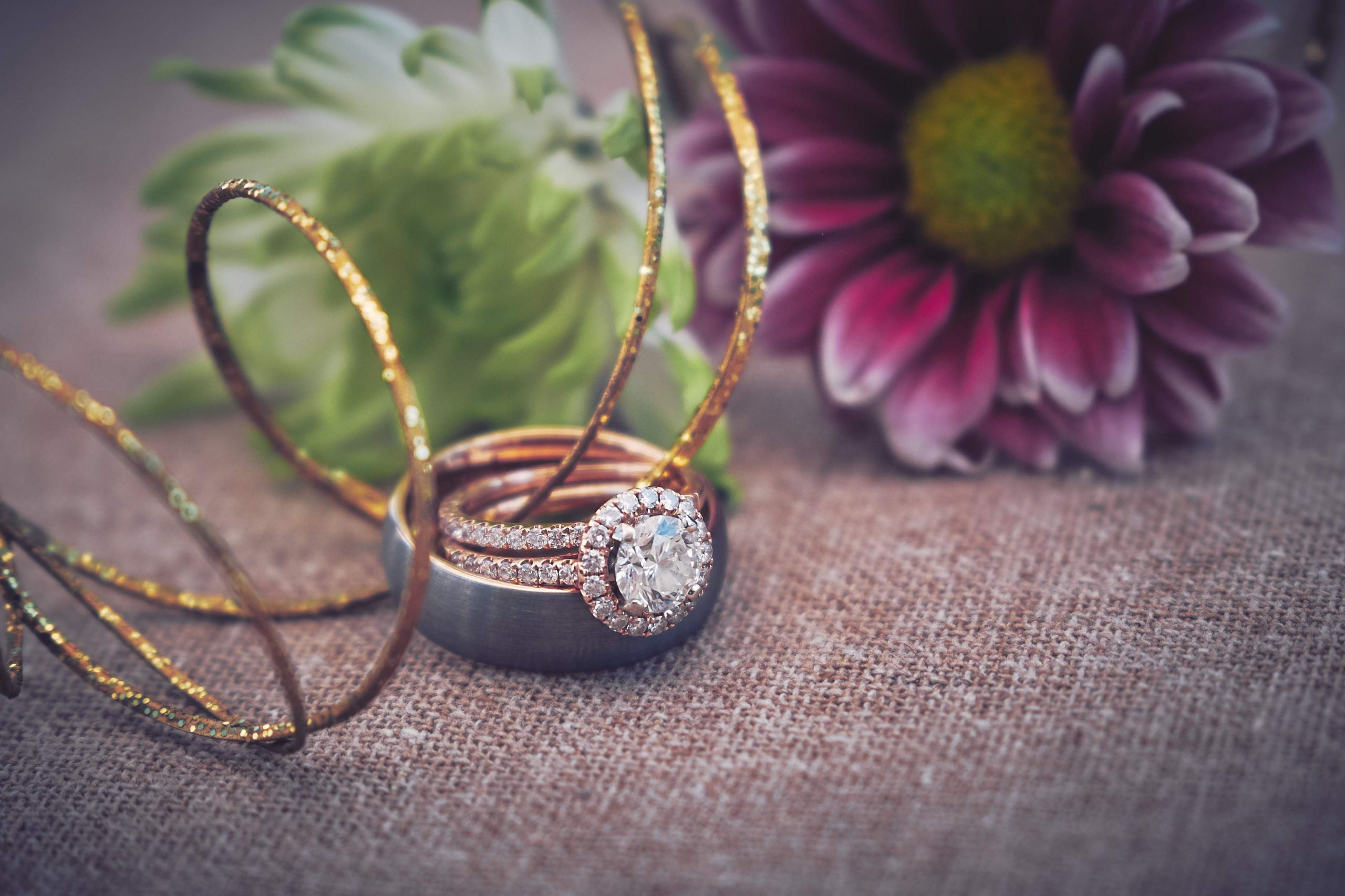 f fb8ef1edc3372a72ce9d A2U3ZjJmZWUzMjI5 wedding rings