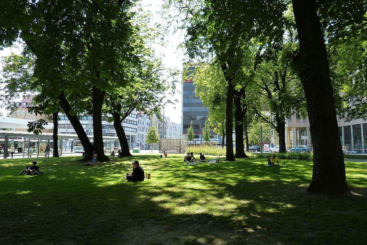 1200px Augsburg Königsplatz unter den Bäumen