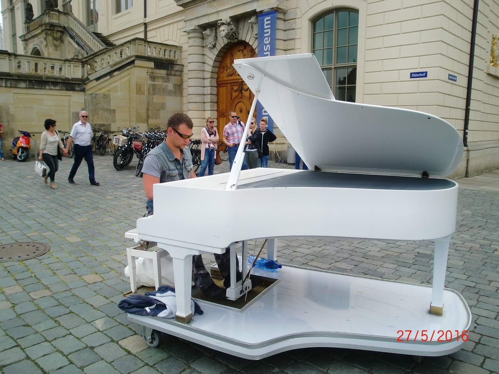 Klavier draußen in DD JPG