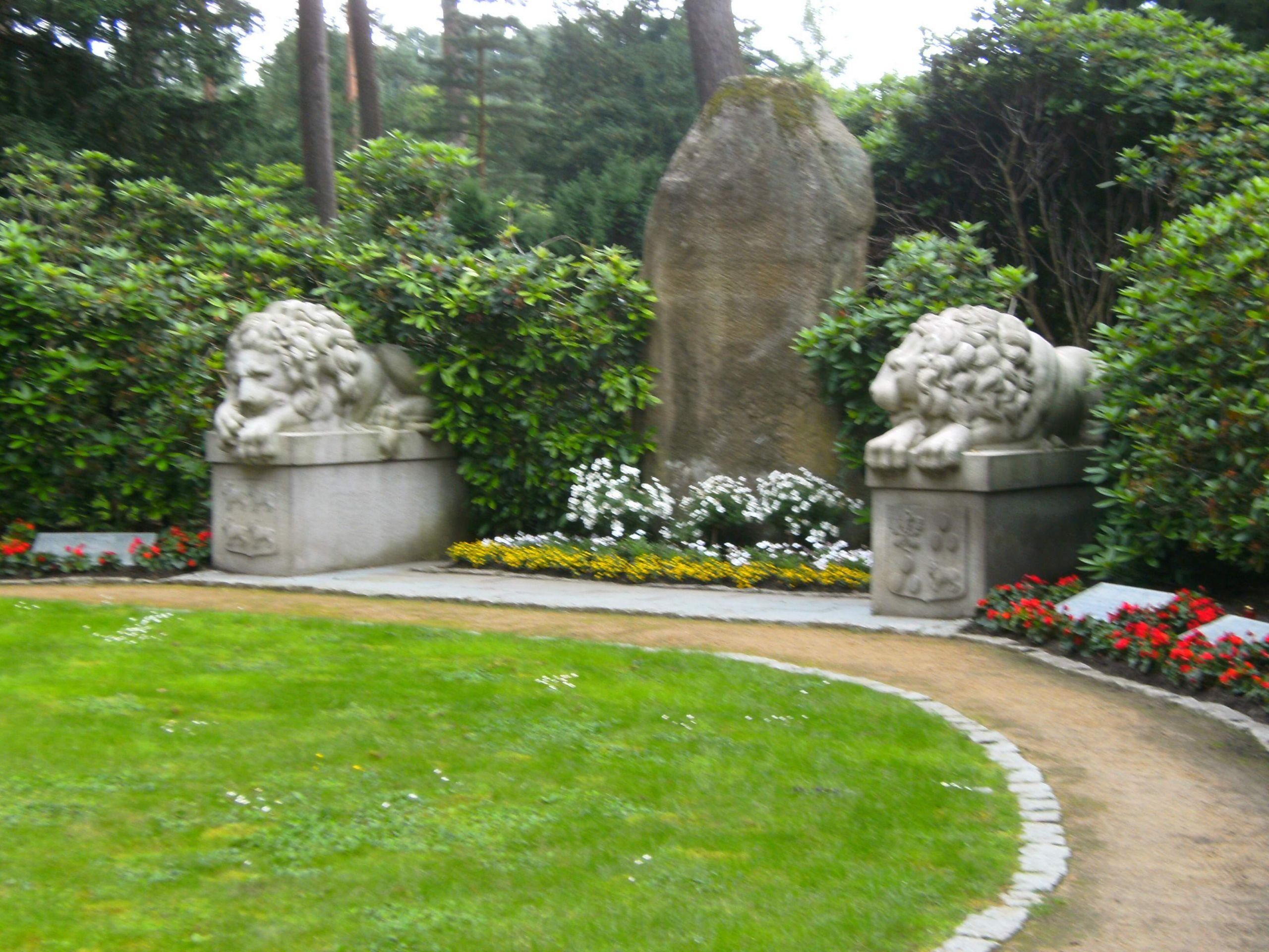 Hamburg friedhof ohlsdorf paar grabstätte löwengrabstätte JPG
