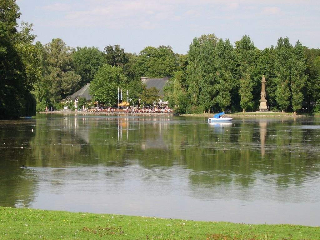 1024px Kleinhesseloher See mit Denkmal und Biergarten