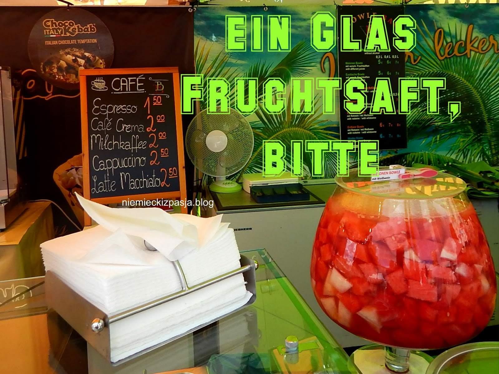 pAP8168 zamawianie picia ein Glas Fruchtsaft z napisem