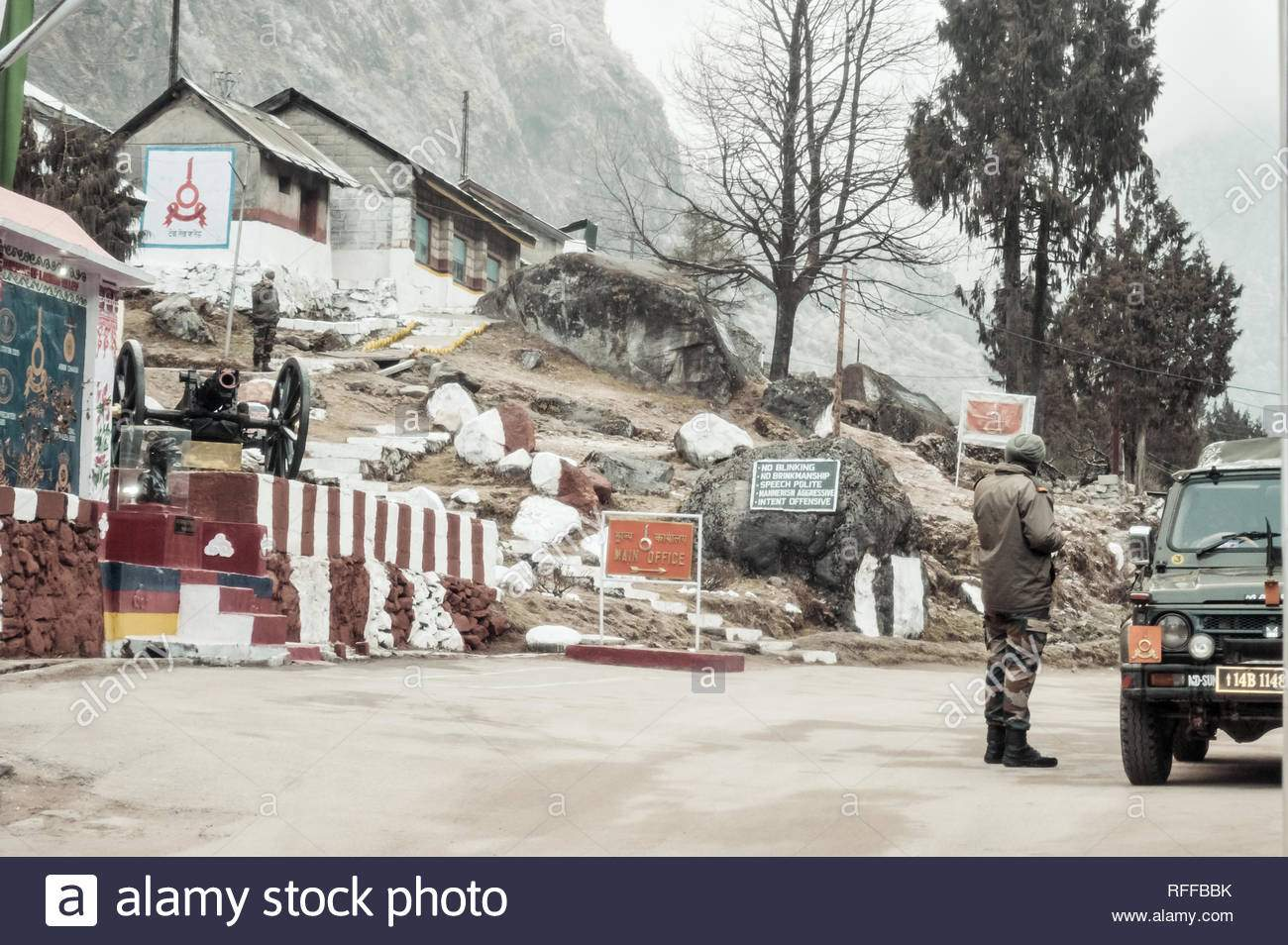 nathu la sikkim jan 2019 eine indische bsf armee grosse uhren indischen post an einem ft high mountain pass auf mcmahon zeile in indo nepal und indo bh rffbbk