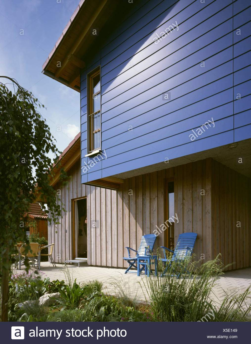 holzhaus detail fassade blau terrasse stuhle holzwand x5e149