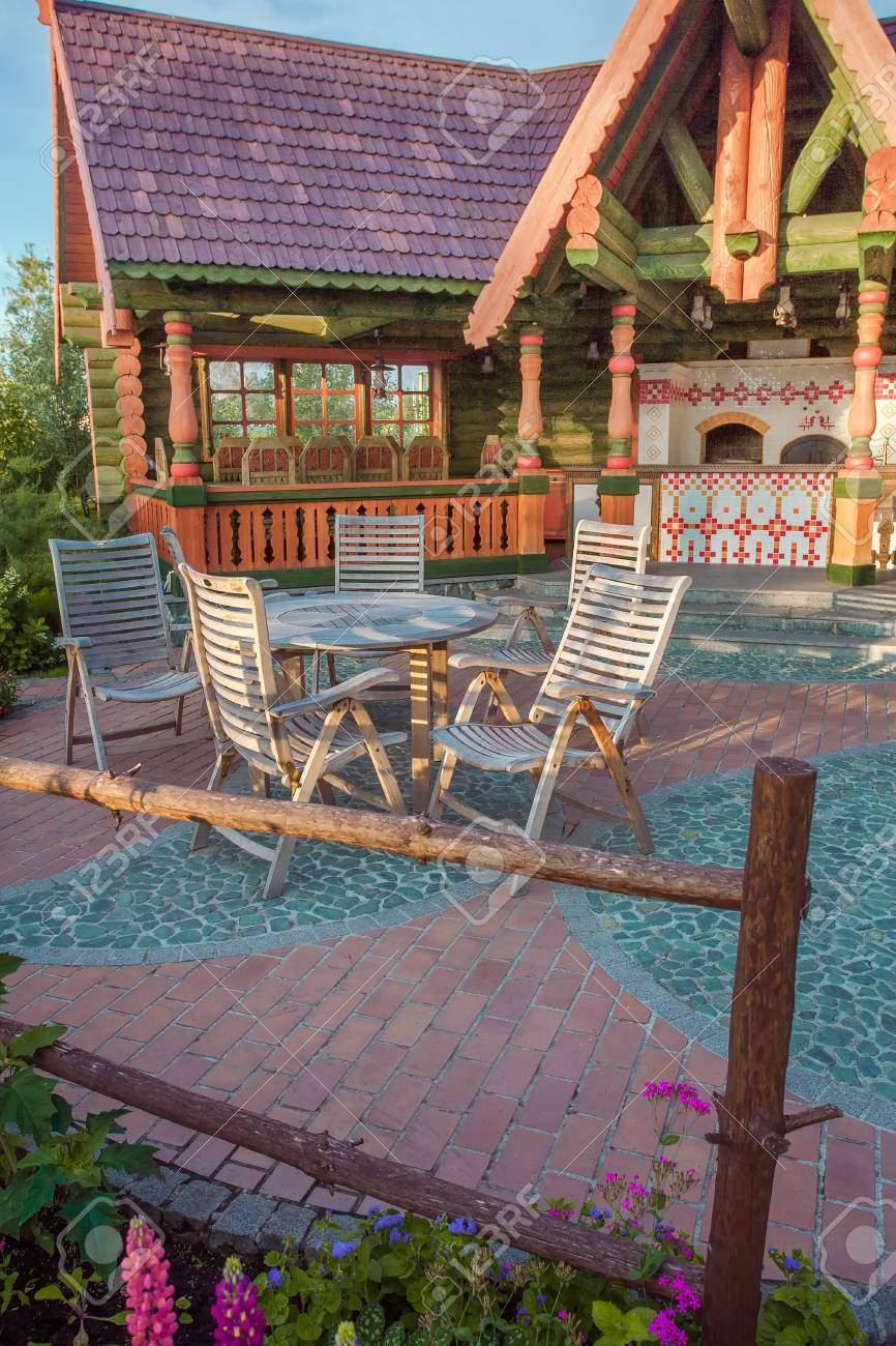 stühle und glastisch auf terrasse