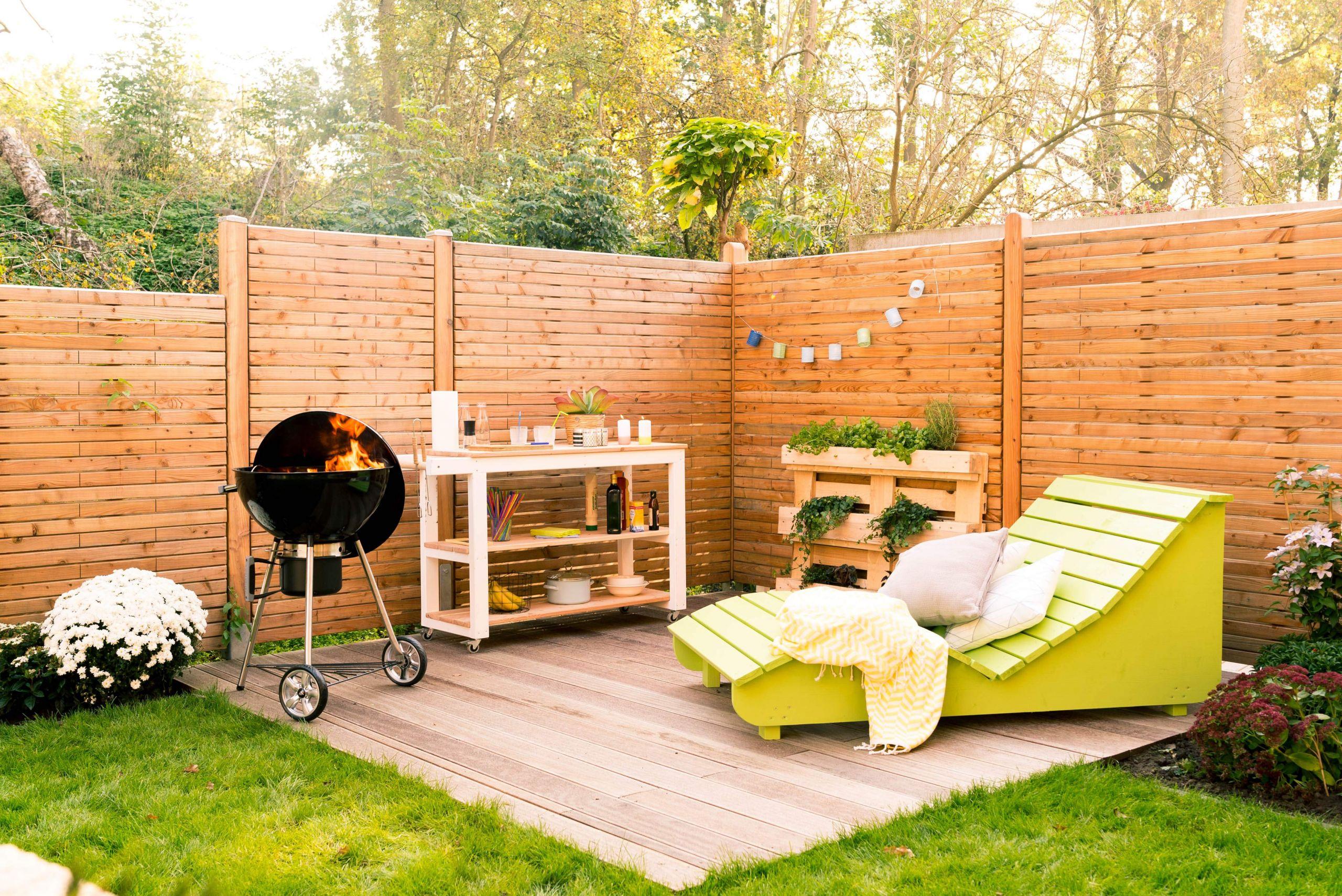 foto terrasse holz grill gartenmoebel gartenwagen pflanzregal sichtschutz