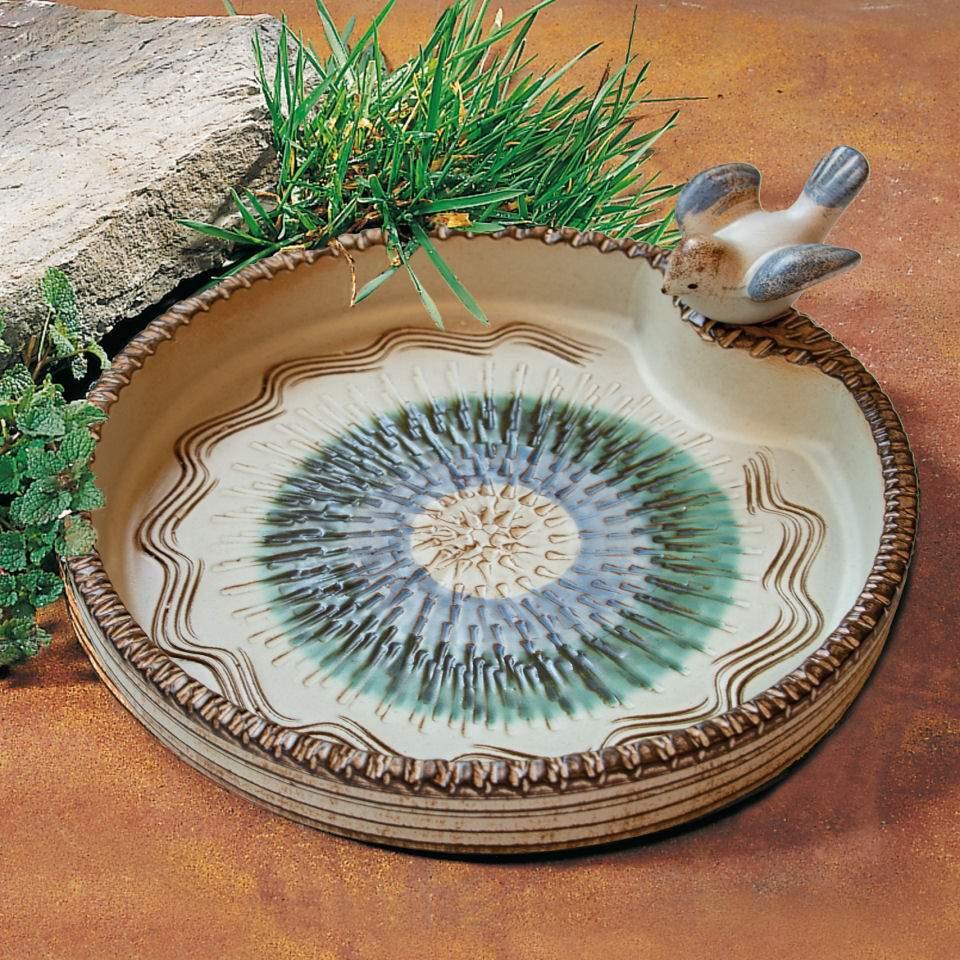 grosse vogeltraenke aus keramik mit voegelchen