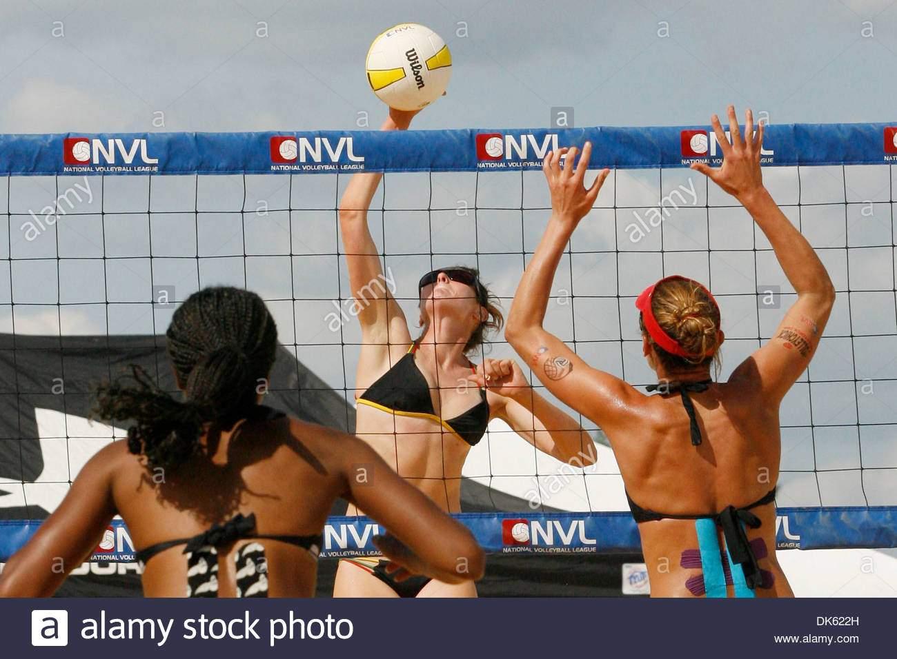 21 mai 2011 baltimore maryland usa volleyball bundesliga spieler lisa hunkus spikes einen ball gegen annett davis links und lisa rutledge wahrend der endrunde spielen bei einer nvl match auf der pimlico rennbahn auf preakness tag kredit bild james bergliezumapress dk622h
