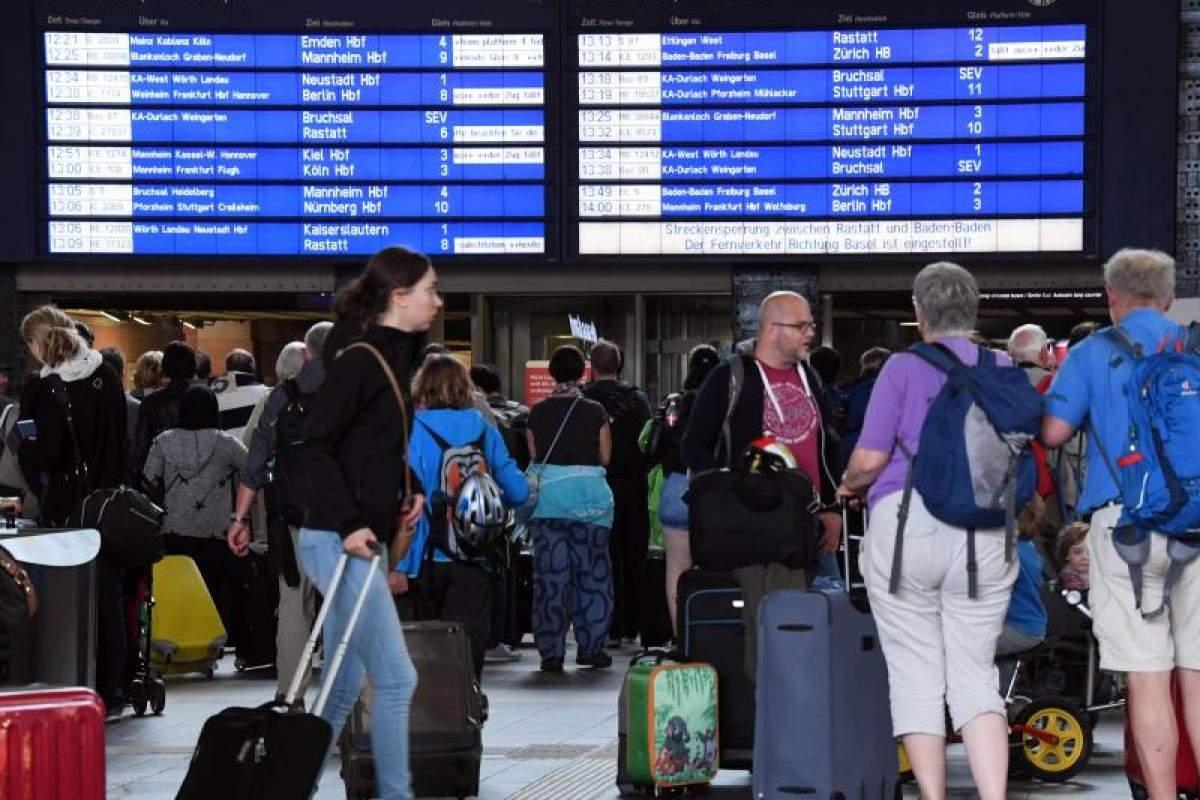 Im Hauptbahnhof Karlsruhe warten Fahrgaeste auf ihre Weiterfahrt